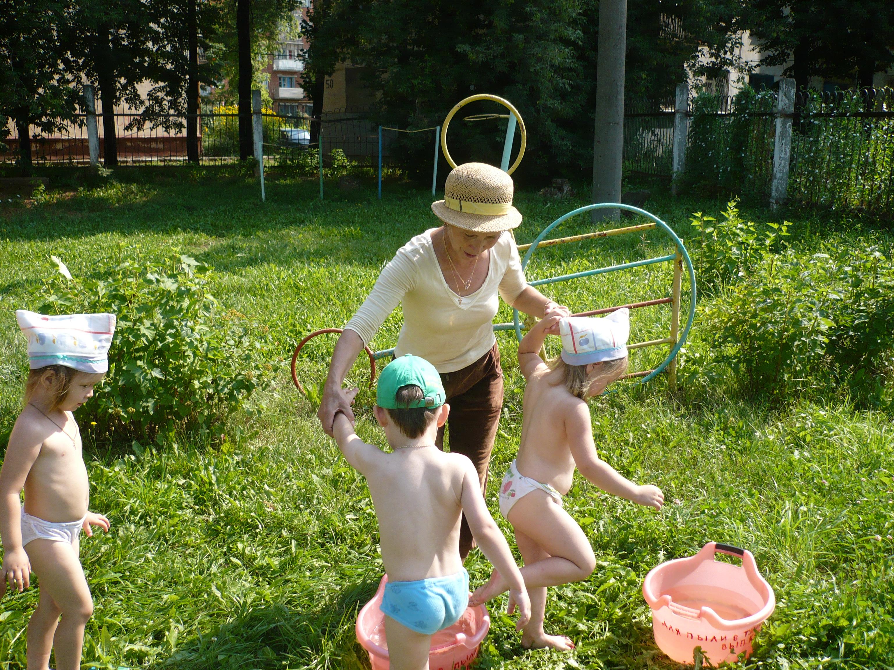 Закаливание ребенка в саду фото